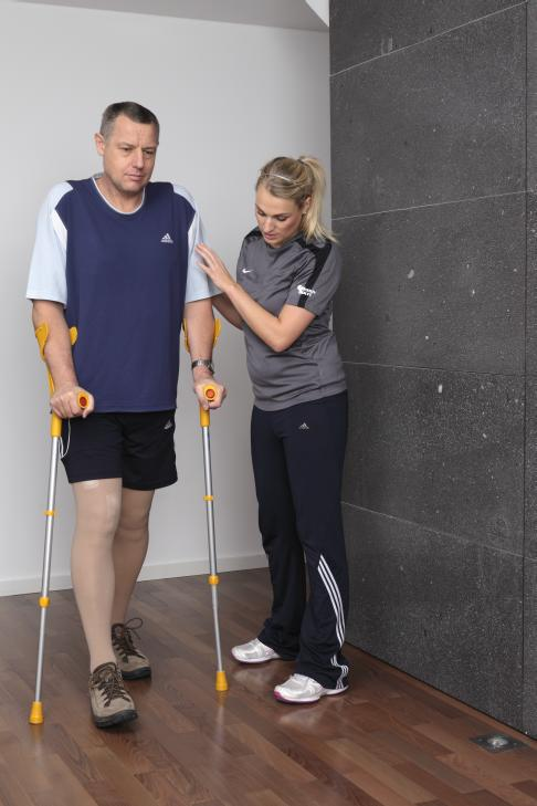 Early mobilisation of the patient after hip replacement is our highest priority. An ingrowing hip replacement requires a very careful approach to full weight bearing. © Gelenk-Klinik