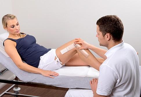 Специалист-ортопед проф. д-р Остермайер тестирует подвижность колена