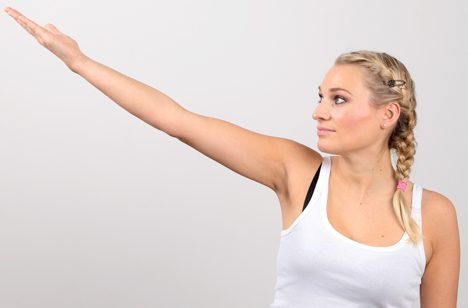 With shoulder arthrosis, extending the arm - especially at an angle of 90°-120° - is painful.